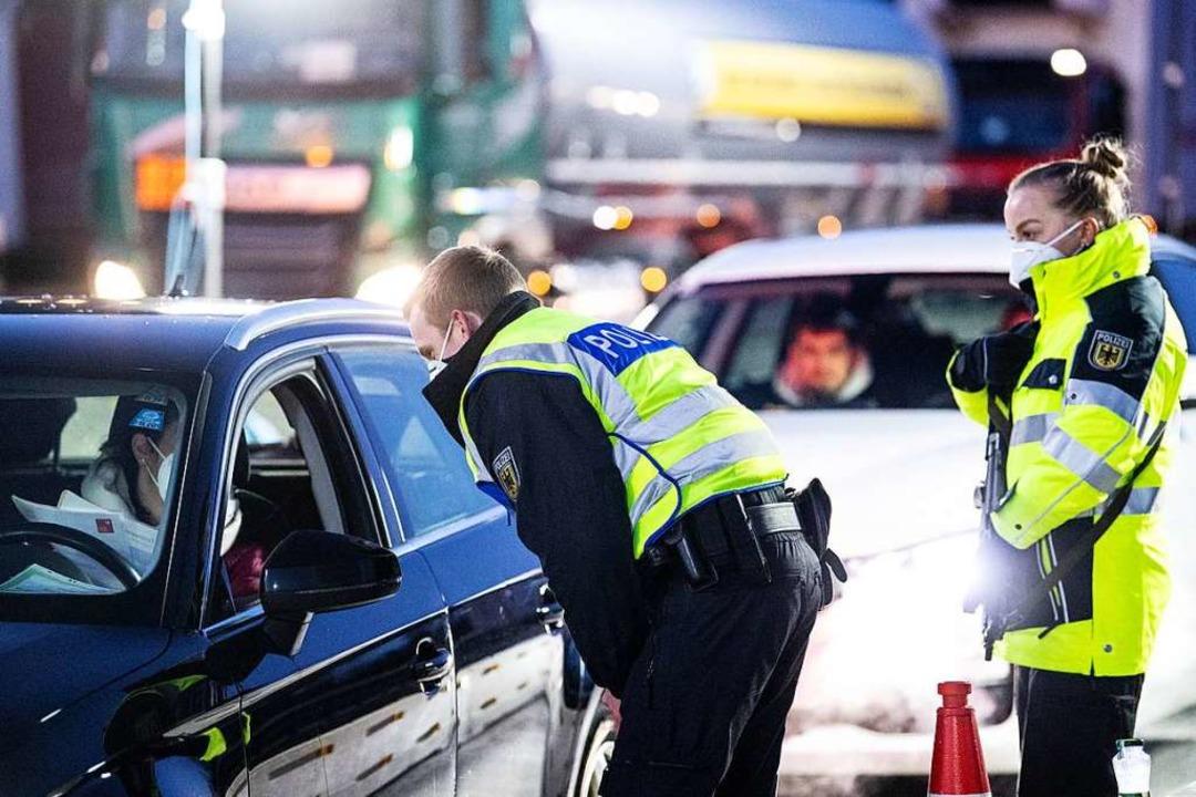 Bundespolizisten kontrollieren die Dok...eiz gelten verschärfte Einreiseregeln.    Foto: Matthias Balk (dpa)