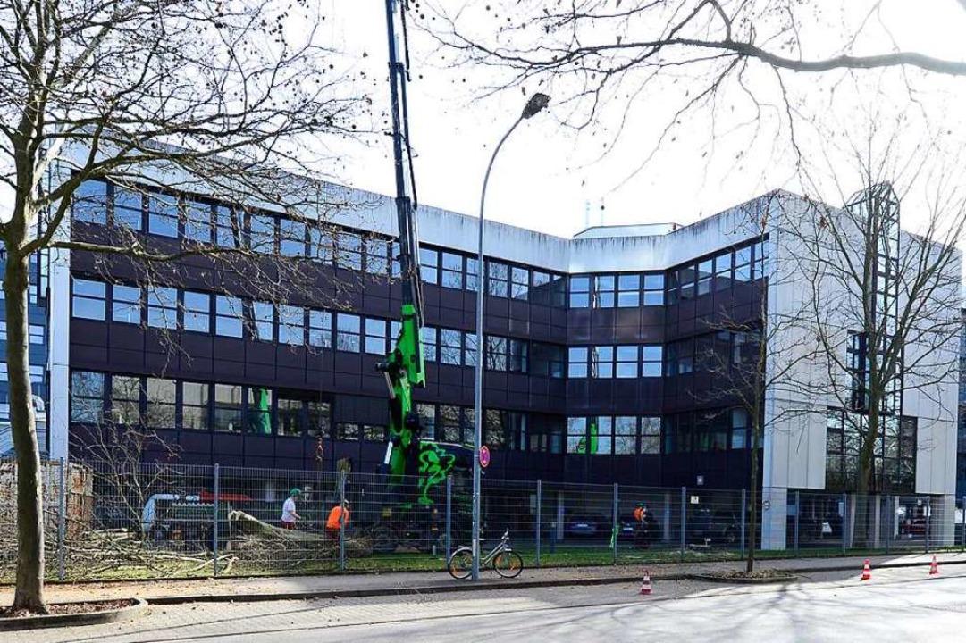 Die Vorbereitungen für den Abriss des ...ebäudes auf dem Haufe-Campus laufen .   | Foto: Ingo Schneider