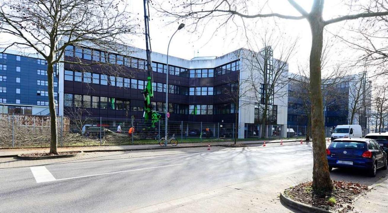 Die Vorbereitungen für den Abriss des ...Campus an der Bötzinger Straße laufen.  | Foto: Ingo Schneider