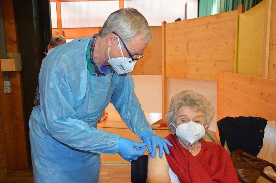Impfarzt Jürgen Thoos impft eine Bernauerin im Kur- und Sporthaus in Häusern.  | Foto: Christiane Sahli