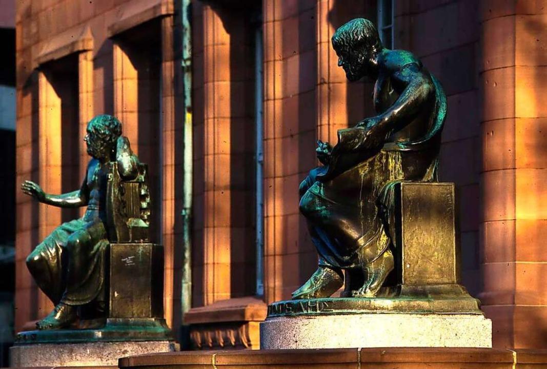 Sokrates und Homer vor dem Kollegiengebäude 1.  | Foto: FWT