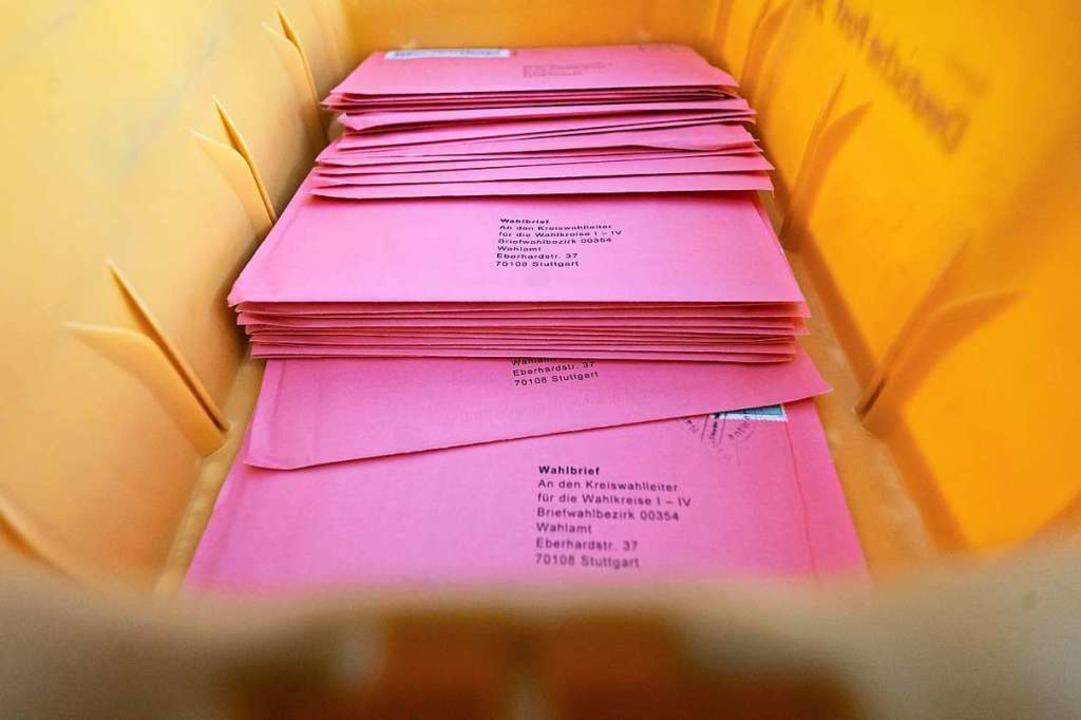 Wahlbriefe liegen in einer Außenstelle des Statistischen Amtes in einer Kiste.  | Foto: Marijan Murat (dpa)