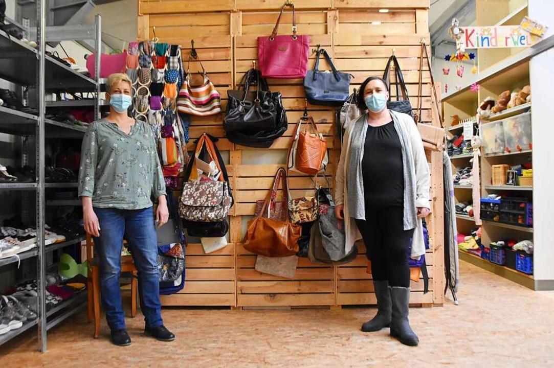 Denise Hentschel (links) und Yvonne Senger im Grenzach-Wyhlener Sozialkaufhaus Schatzinsel. Foto: Horatio Gollin