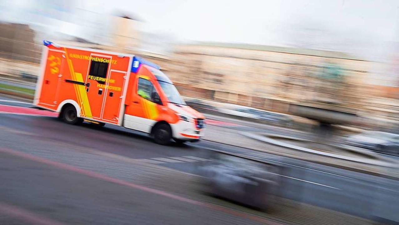 Ein Rettungswagen im Einsatz  | Foto: Julian Stratenschulte (dpa)