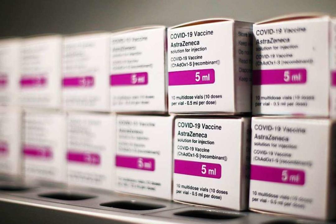 Boxen mit dem Corona-Impfstoff von Ast... werden in Baden-Württemberg erwartet.  | Foto: Eduardo Parra (dpa)