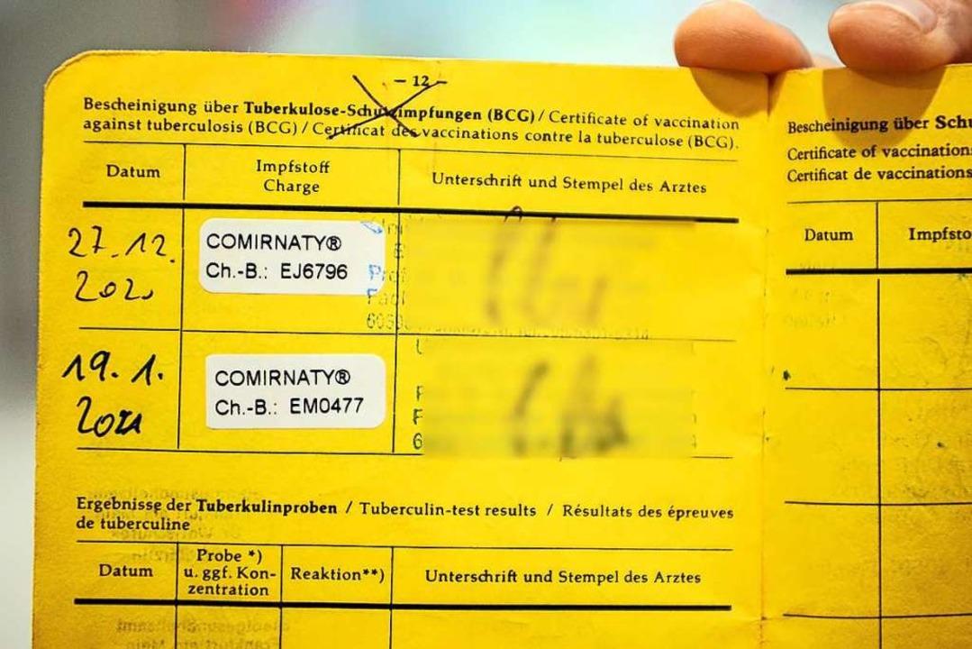 Ein Impfpass mit den vermerken für bei...ty, dem Impfstoff von Pfizer/Biontech.  | Foto: Andreas Arnold (dpa)
