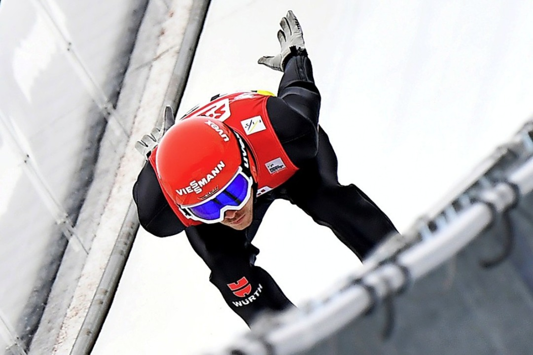 Dank Trainer Heinz Kuttin an den richt...dreht: Fabian Rießle auf der Schanze.   | Foto: BARBARA GINDL (AFP)