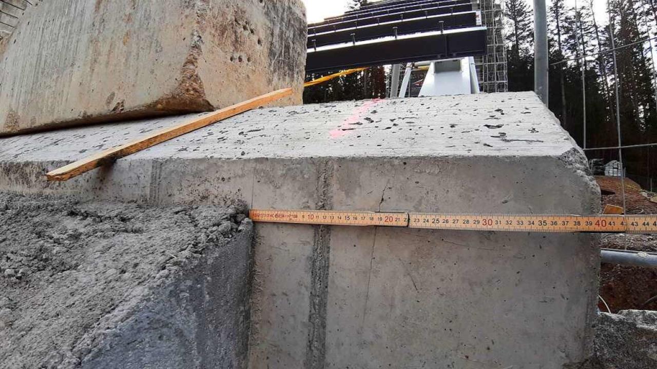 Passt nicht: Zwischen Fundament und An...sch gibt es einen  seitlichen Versatz.    Foto: Johannes Bachmann