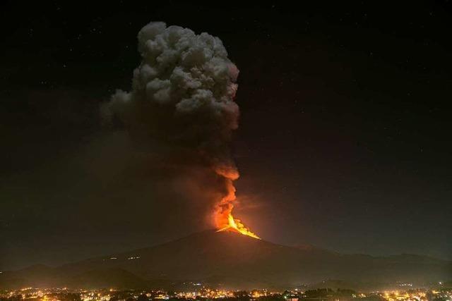 Der Vulkan Ätna auf Sizilien spuckt Lava