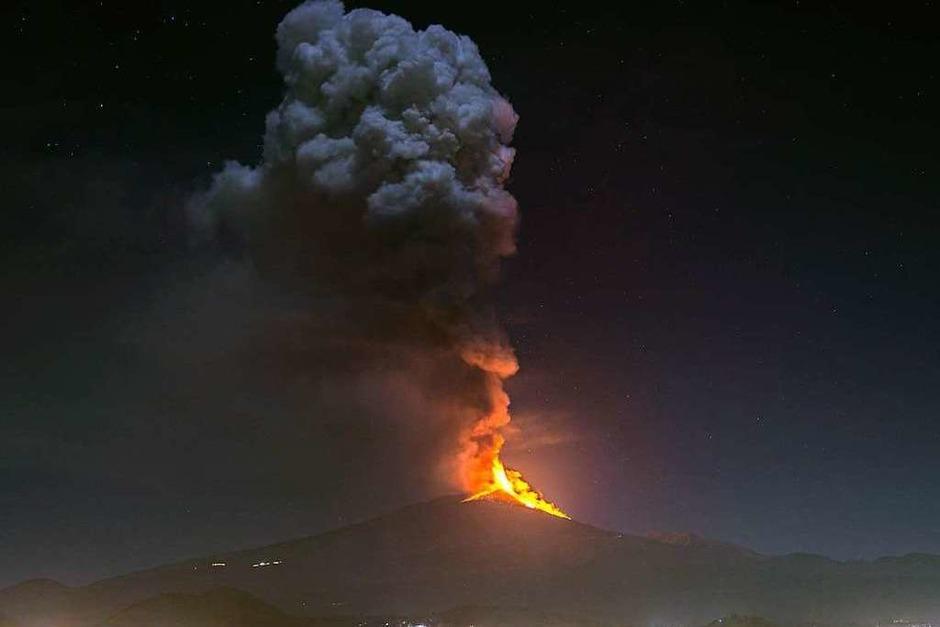 Eine kilometerhohe Eruptionssäule über dem Ätna in der vergangenen Woche. (Foto: Salvatore Allegra (dpa))