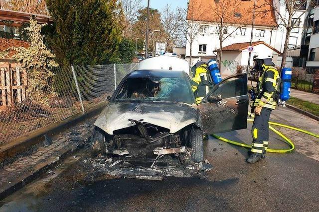 Feuerwehr löscht Fahrzeugbrand in Müllheim