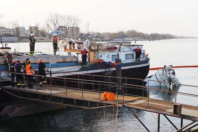 So wurde der Betonmischer nach dem Unfall aus dem Rhein geborgen