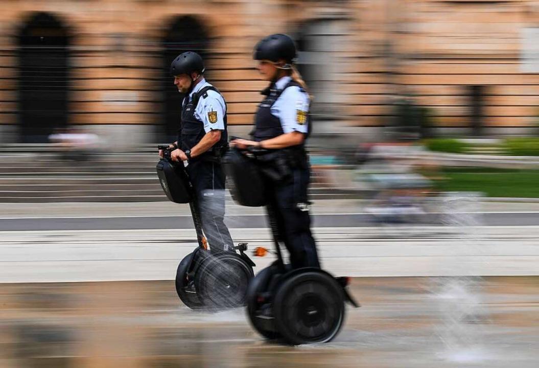 Polizisten auf Segways fahren 2018 durch Freiburg.  | Foto: Patrick Seeger