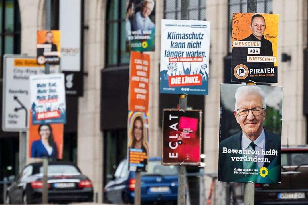 Plakate in Stuttgart werben für die Parteien.  | Foto: Marijan Murat (dpa)