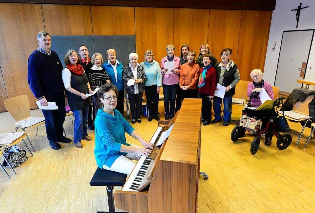 Susanne Aouda am Klavier schafft die G...erstagnachmittag ein Lied zum anderen.  | Foto: Ingo Schneider