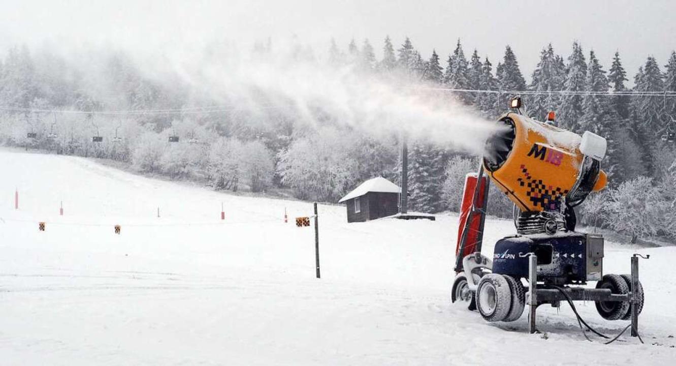 Ohne künstlichen Schnee geht nichts mehr:  Schneekanone auf dem Feldberg   | Foto: Patrick Seeger