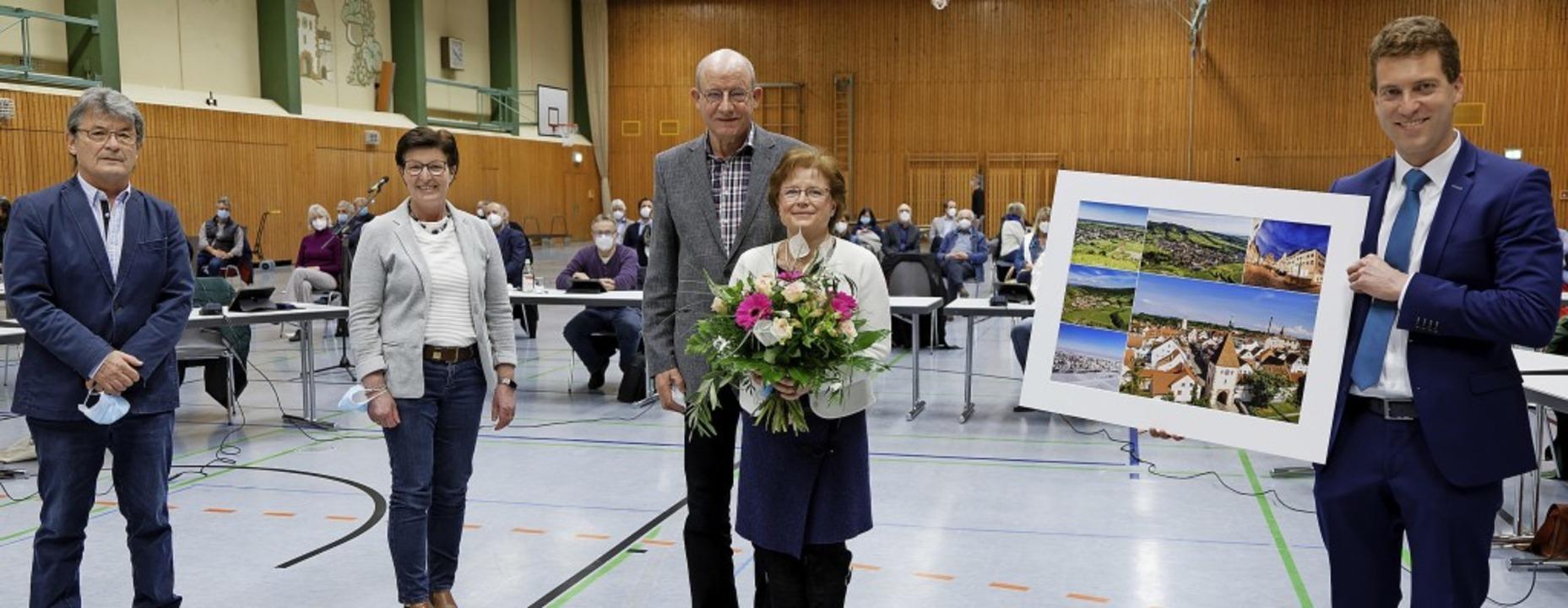 Dank für fast 32 Jahre Einsatz im Geme...aroska und Bürgermeister Tobias Metz.     Foto: Martin Wendel