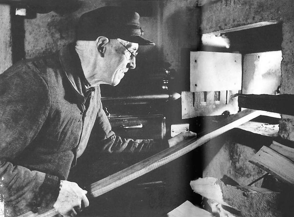 Ernst Köpfer erhitzt die Ski-Rohlinge in der Glut des Kachelofens.  | Foto: Privat