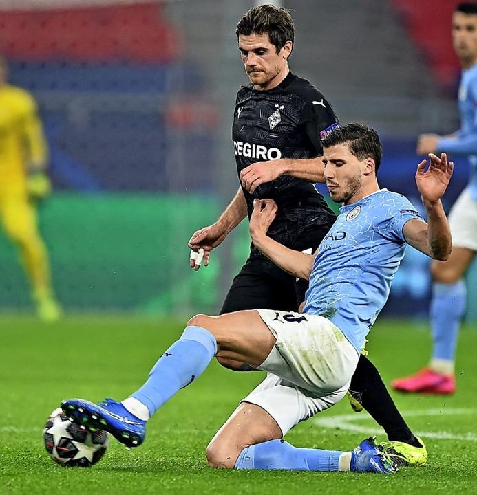 Manchester-Spieler  Ruben Dias (vorne) gegen  Jonas Hofmann     Foto: ATTILA KISBENEDEK (AFP)