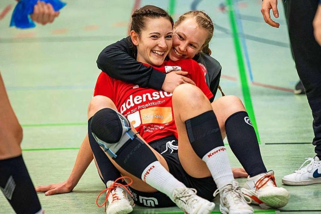 Geherzt nach der Wahl zur Spielerin de...legin Simone Falk in den Arm genommen.  | Foto: Eibner/Drofitsch (imago-images)