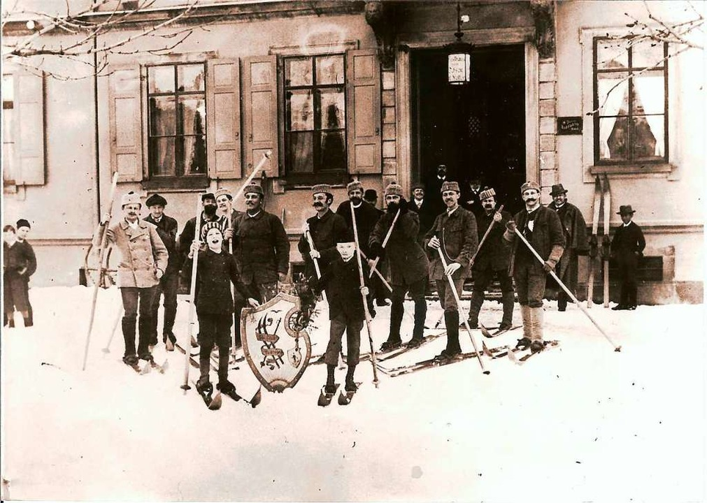 "Skiclub Todtnau im Januar 1893 vor dem...al, dem Todtnauer ""Ochsen""  | Foto: Benno Dörflinger"