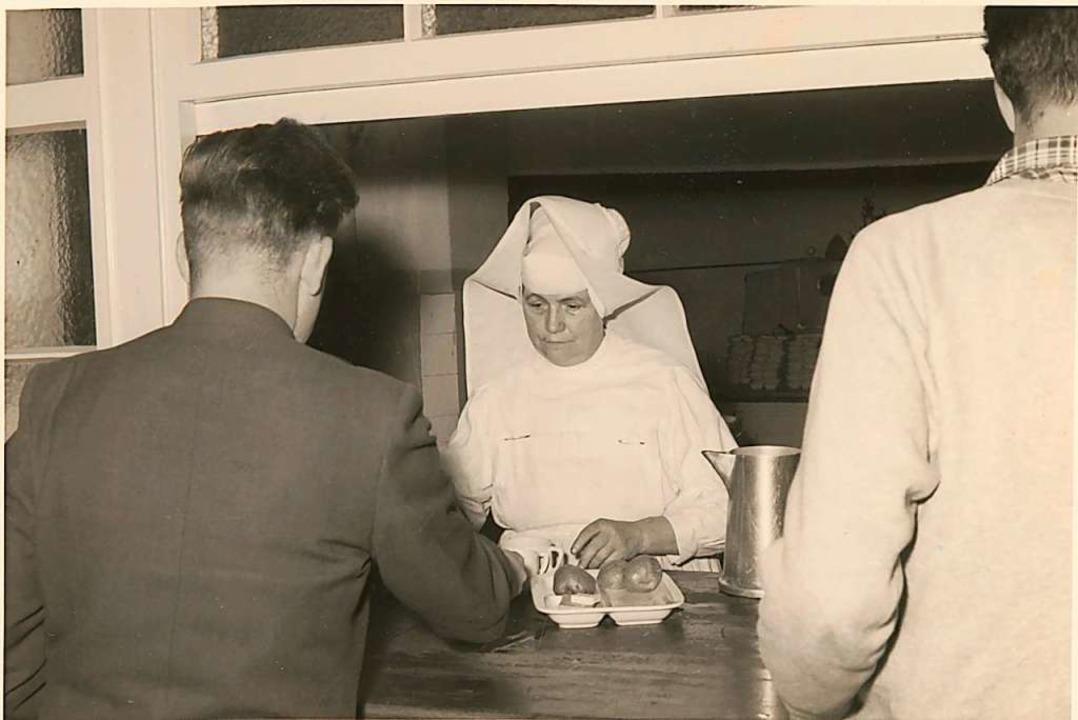 """Essensausgabe in der Freiburger """"Mensa academica"""" im Jahr 1956    Foto: SWFR"""