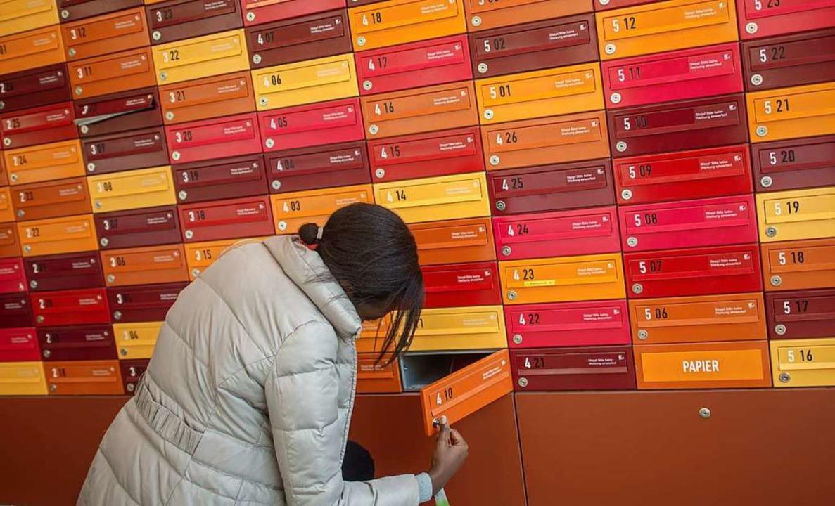 Eine Studentin schließt ihr Postfach i...tudierenden-Wohnheim auf (Symbolbild).  | Foto: Matthias Balk