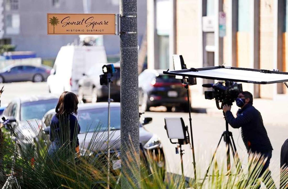 Journalisten stehen mit Kameras in der...ellter von Lady Gaga überfallen wurde.  | Foto: Chris Pizzello (dpa)
