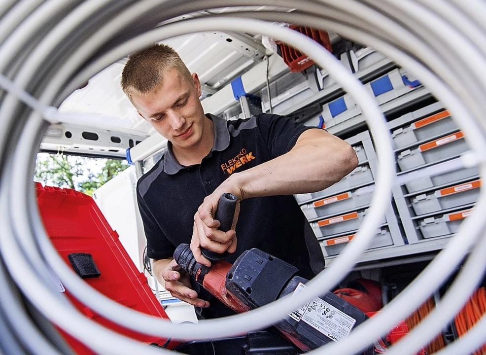 Nach wie vor gefragt sind  die Dienstleistungen von Handwerkern.  | Foto: Julian Stratenschulte