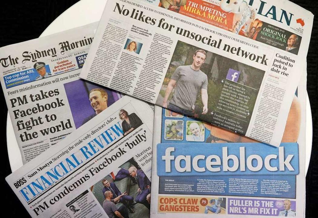 Titelseiten von australischen Zeitunge...ralier beim Austausch von Nachrichten.    Foto: Rick Rycroft (dpa)