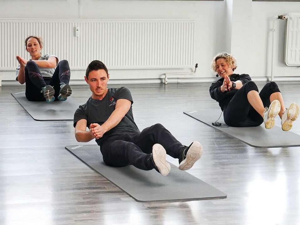 Sportvideos zum Mitmachen haben Lehrer...tz und Corinna Hemmann machen es vor.     Foto: Eva Korinth