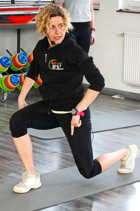 Corinna Hemmann zeigt, wie die einzelne Übung  richtig geht.     Foto: Eva Korinth