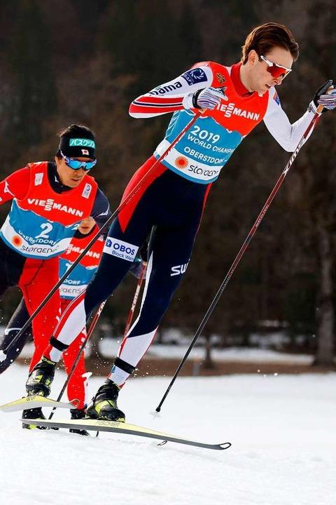 Als Erster um die Ecke und am Ende des Langlaufs auch vorn: Jarl Magnus Riiber  | Foto: ODD ANDERSEN (AFP)