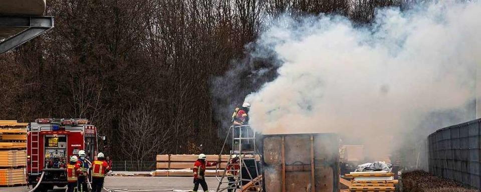 Container mit Dämmmaterial fängt Feuer
