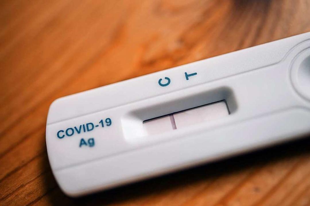 Ein Strich beim Buchstaben C bedeutet ...ovid-19-Infektion nachgewiesen werden.  | Foto: Zacharie Scheurer (dpa)