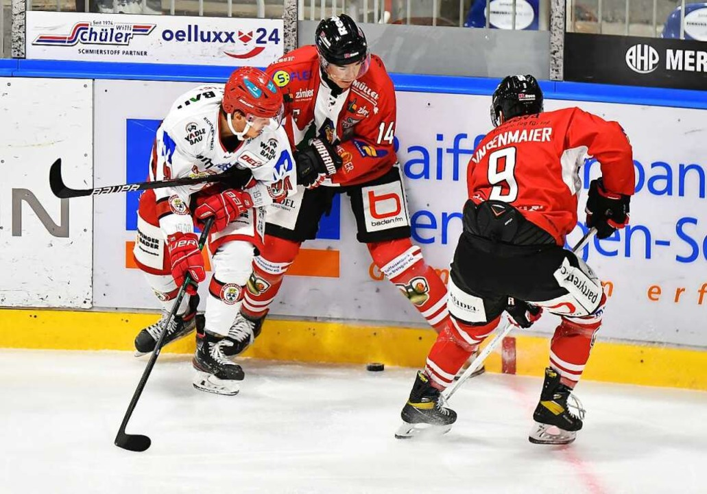 Die EHC-Spieler Simon Danner (Mitte) und Nikolaus Linsenmaier in Aktion  | Foto: Achim Keller