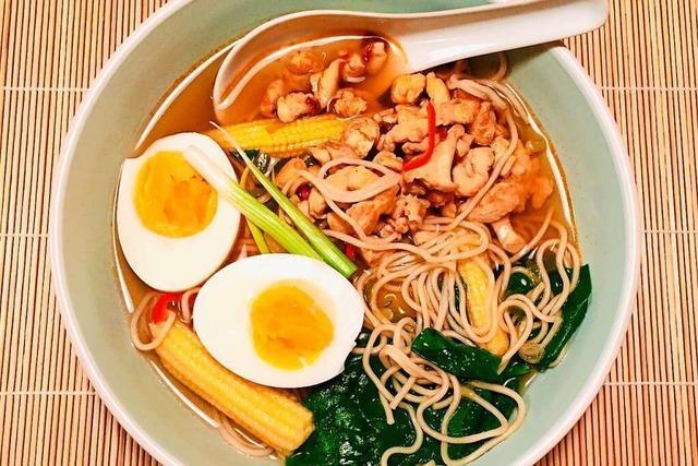 Hühnersuppe nach asiatischer Machart verspricht viel Geschmack