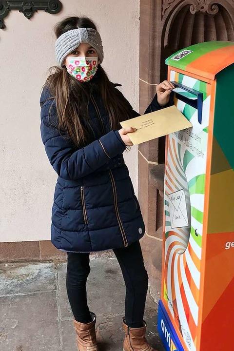 Maja (10) aus der Heimschule St. Lando...Ettenheim beim Einwerfen ihres Briefs.  | Foto: Privat