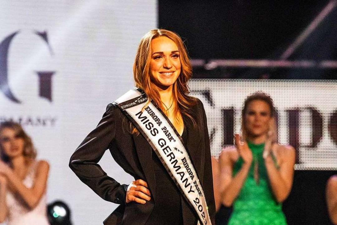 Anja Kallenbach, Miss Germany 2021 steht kurz nach ihrer Wahl auf der Bühne.  | Foto: Philipp von Ditfurth (dpa)