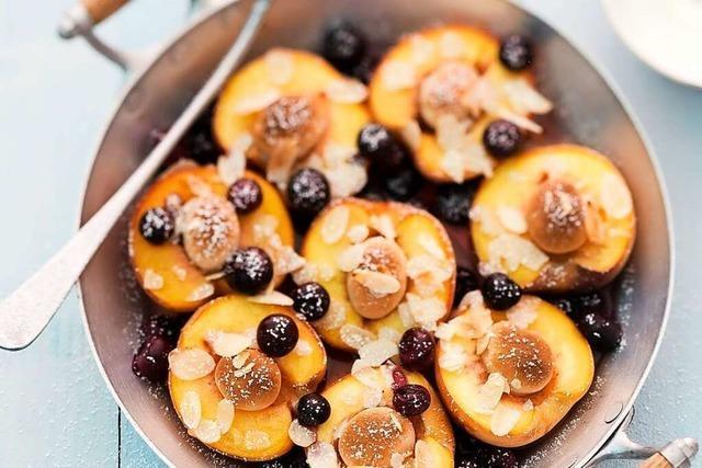 Mandel- und Blaubeerpfirsiche in Apfelsaft
