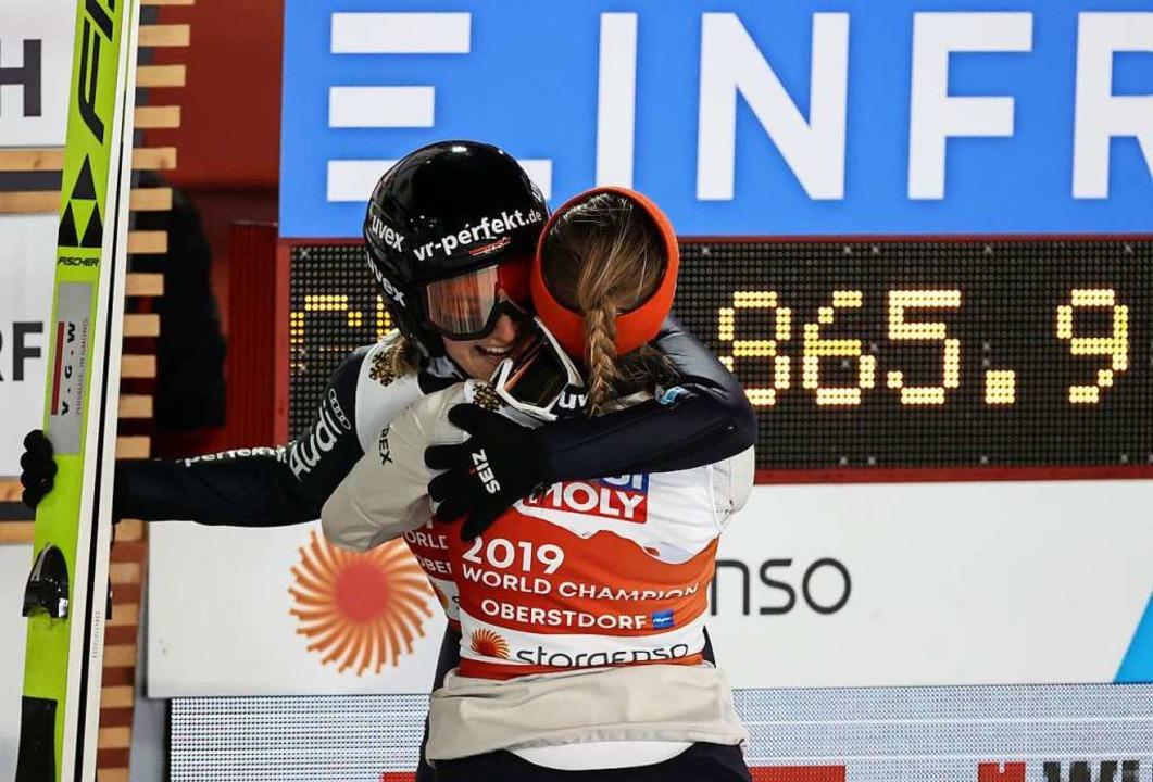 Anna Rupprecht und Katharina Althaus umarmen sich.  | Foto: Karl-Josef Hildenbrand (dpa)