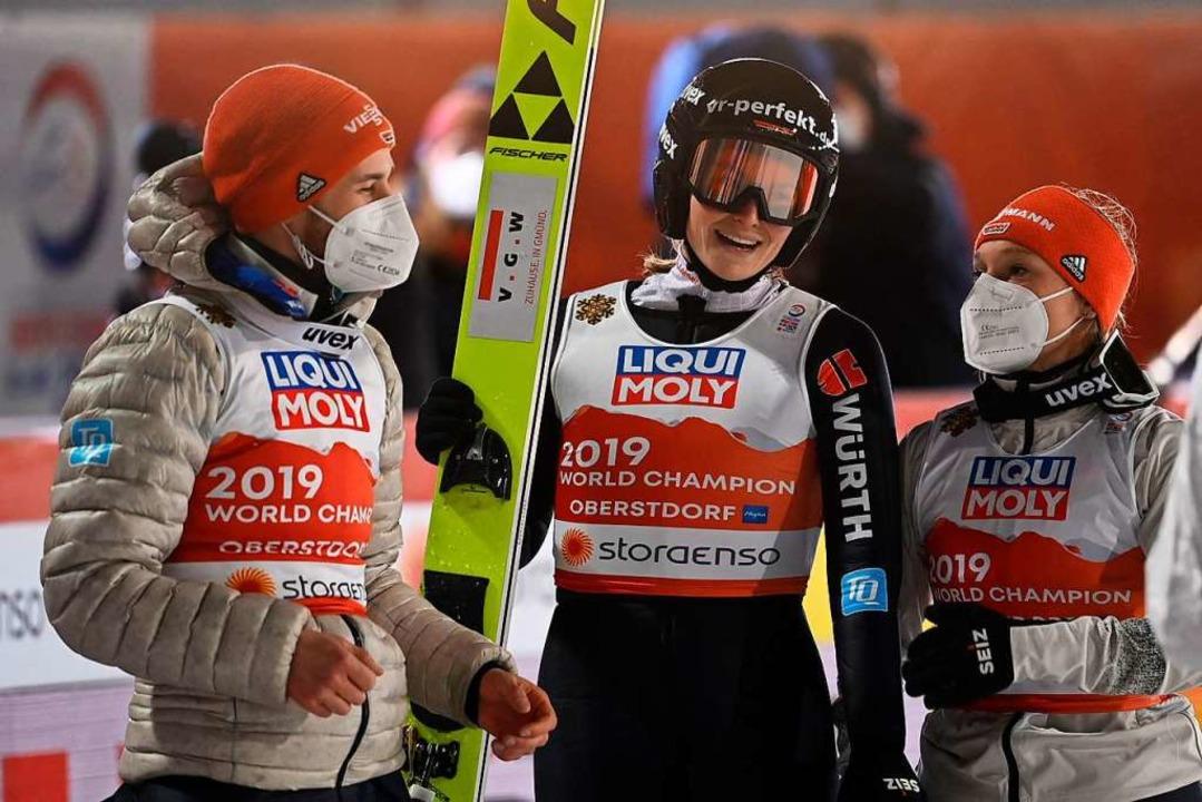 Anna Rupprecht (Mitte) freut sich mit ...nbichler schon während des Wettkampfs.  | Foto: CHRISTOF STACHE (AFP)