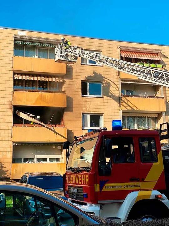 Nachlöscharbeiten der Feuerwehr nach dem Balkonbrand.  | Foto: Feuerwehr Offenburg