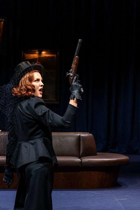 Stolze Frau mit Knarre: Janna Horstmann als Hedda Gabler  | Foto: britt schilling