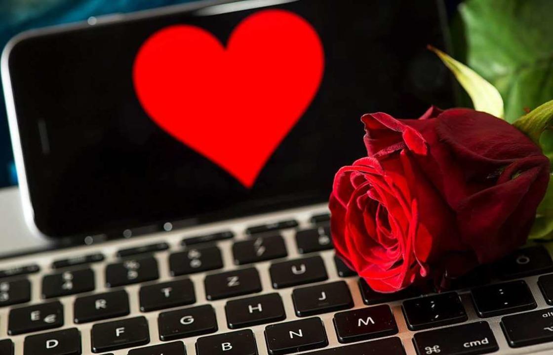 Die Suche nach Liebe und Romantik führ...Gegenüber der, den er zu sein vorgibt.  | Foto: Sven Hoppe