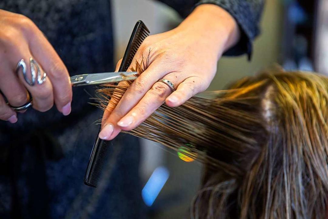 Jetzt schneiden sie wieder: Die Friseurbranche kehrt aus dem Lockdown zurück.  | Foto: Nicolas Maeterlinck (dpa)