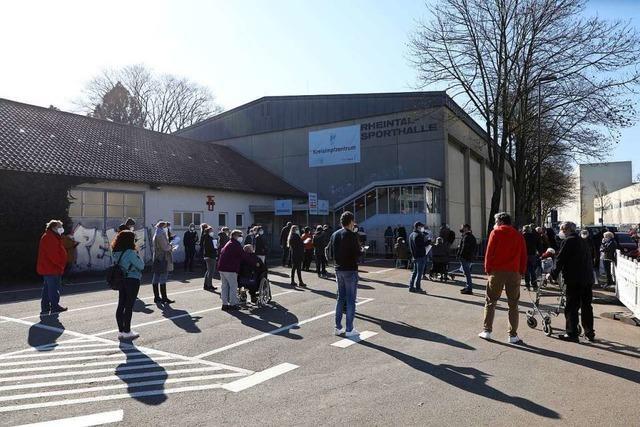 Lange Warteschlangen gab es am Montag vor dem Impfzentrum in Lahr