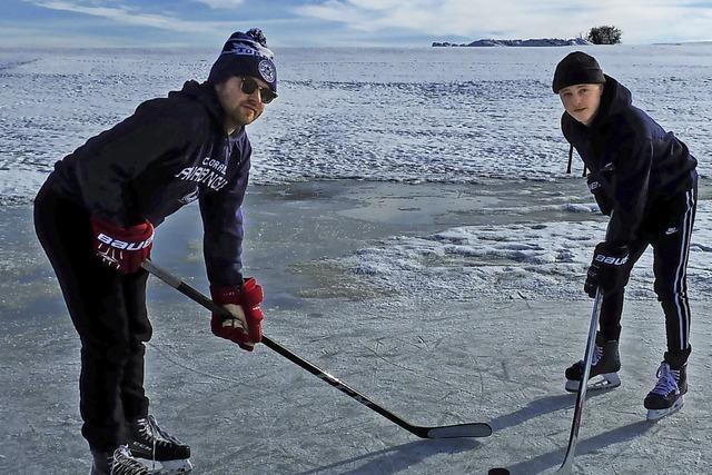 Zwei Eishockeyspieler auf freiem Feld