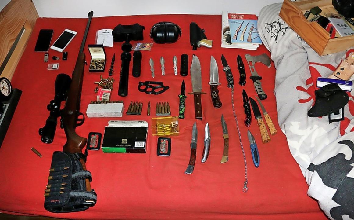 Schusswaffen, Munition, Messer und Handgranaten wurden gefunden.  | Foto: - (dpa)