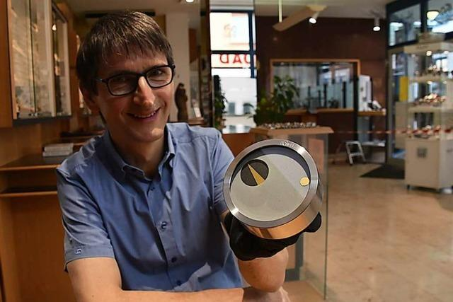 Der Schopfheimer Hubert Donkel erfindet eine neue Form der Wanduhr